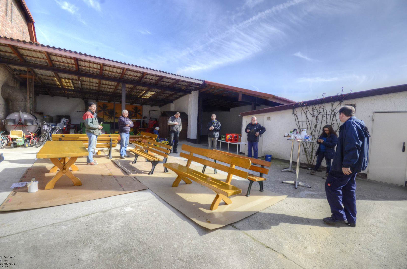 Bei schönstem Wetter wurden - hauptsächlich von den Mitgliedern des Ortsrates - die Bänke gestrichen