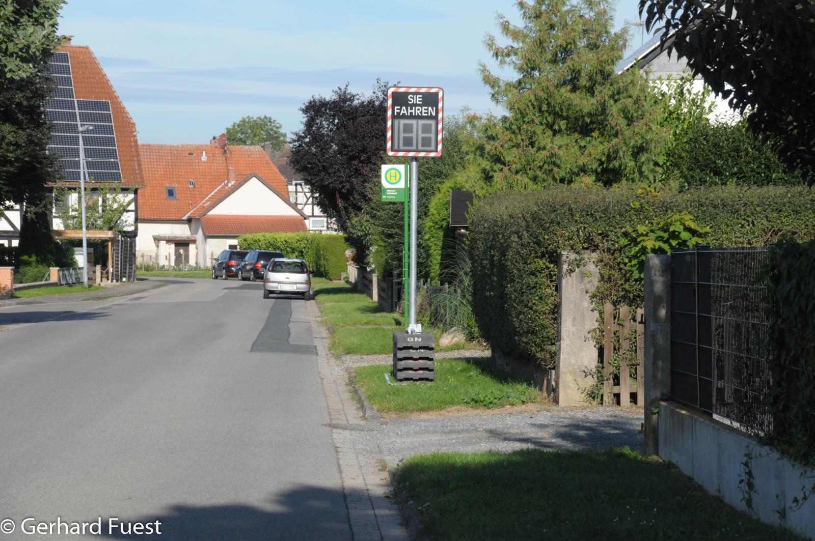 Auf der Straße Am Mühlenfeld ist wieder eine Geschwindigkeitsanzeige aufgestellt worden