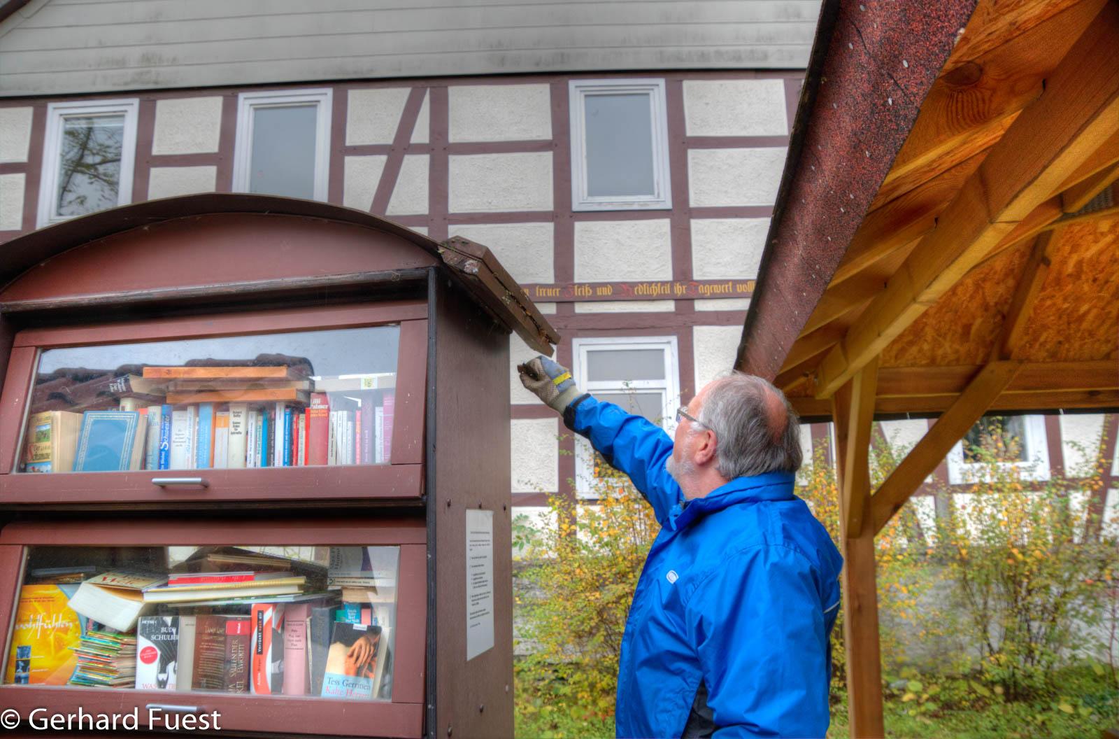 Am Bücherschrank am Thie treten Schäden auf